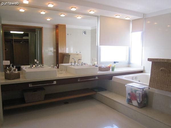 Vestidor del dormitorio principal en suite. De importante tamaño y capacidad, está acondicionado con perchero, estantes y cajones en madera.