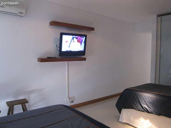 Segundo dormitorio en suite. Situado hacia el contrafrente del edificio sobre el lateral este, está acondicionado con dos camas individuales.