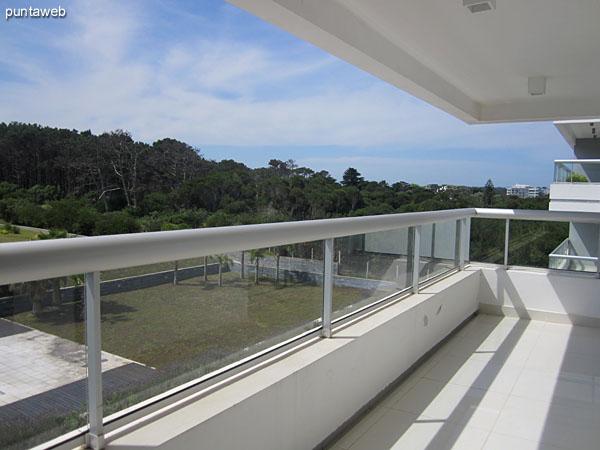 Vista desde la ventana del segundo dormitorio en suite.<br><br>Ofrece vistas hacia la piscina climatizaa al aire libre y al gran parque.<br><br>Al fondo de la imagen, la cancha de tenis de cemento.