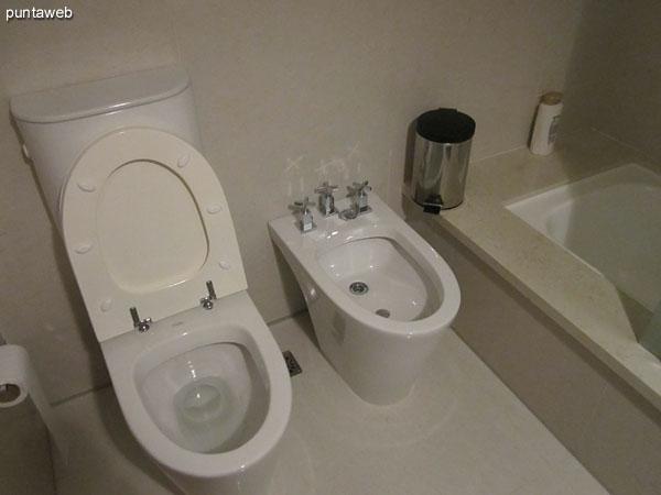 Detalle de grifería y artefactos sanitarios del baño en suite del segundo dormitorio.