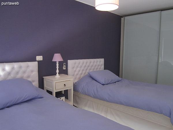 Tercer dormitorio situado al contrafrente del edificio al centro del área del apartamento.<br><br>Está acondicionado con dos camas separadas.