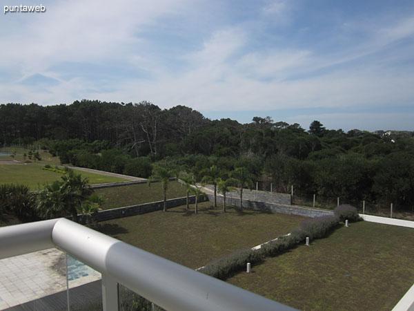 Vista de la piscina climatizada al aire libre desde el balcón corrido compartido por el segundo y tercer dormitorio.