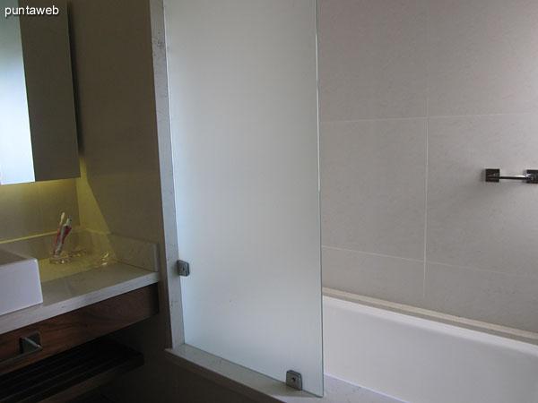 Detalle de grifería y artefactos sanitarios del baño en suite del tercer dormitorio.