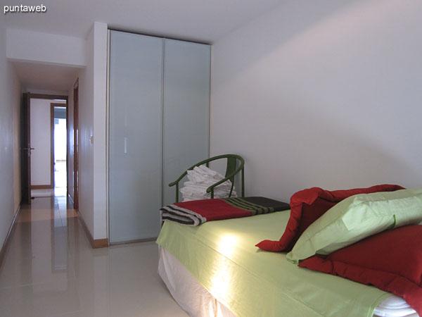 Cuarto dormitorio. Situado al contrafrente del edificio está acondicionado con una cama individual.<br><br>Este dormitorio también puede considerarse como un dormitorio de servicio ya que conecta a través de ventana corrediza con el lavadero del apartamento y la cocina.