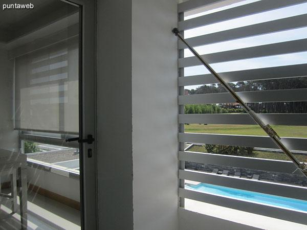 Espacio de lavadero a continuación de la ventana corrediza del cuarto dormitorio en suite. <br><br>Está acondicionado con lavarropas y mesada con bacha.