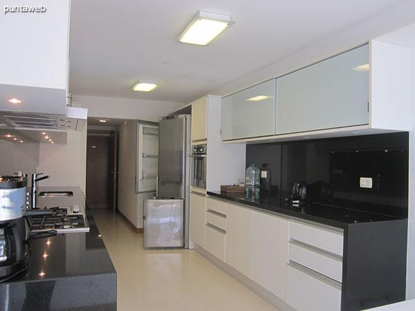 Detalle de electrodomésticos en la cocina. Cafetera express y tostadora, entre otros.
