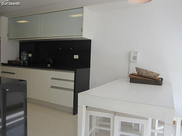 Vista general de la cocina desde la ventana junto al contrafrente y la entrada al espacio del lavadero.