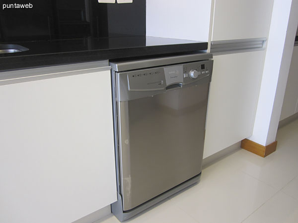 Horno eléctrico y gran heladera de doble puerta con freezer.