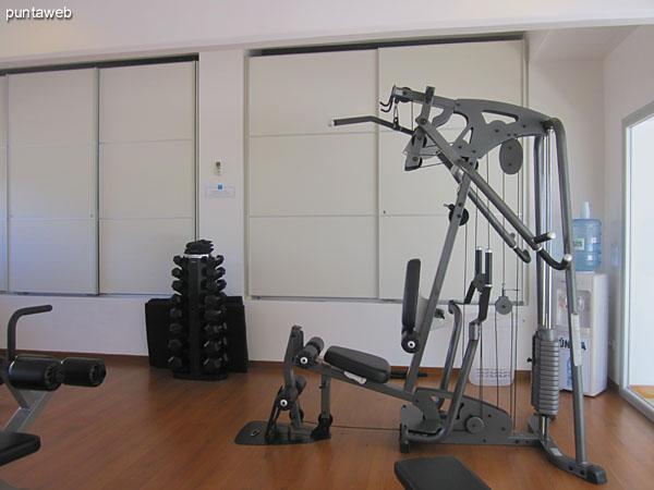 Gimnasio. Acondicionado con modernos aparatos, pesas, cintas y bicicleta, entre otros.