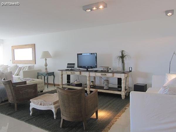 Recibidor al ingreso al apartamento visto desde el pasillo que conecta la entrada de servicio con la cocina y la antesala a los cuatro dormitorios en suite.