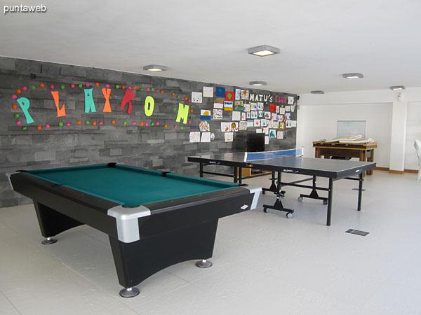 Patio junto al salón de juegos para niños y adolescentes.
