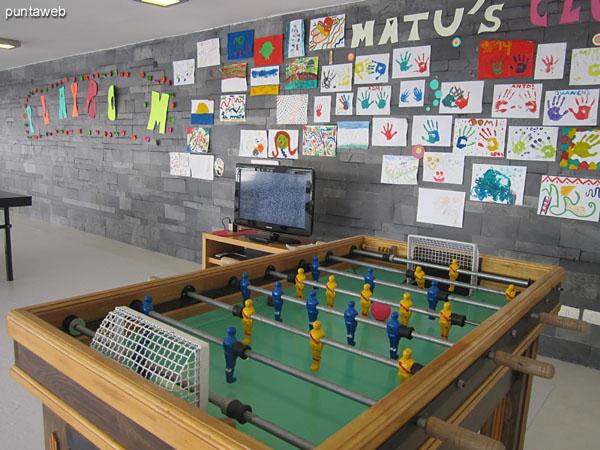 Salón de juegos para chicos y adolescentes. De gran tamaño, equipado con mesa de pool, ping pong y futbolito.<br><br>Televisor de pantalla plana con consola de juegos.