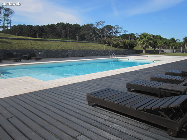 Vista general de la piscina climatizada al aire libre. Situada al contrafrente del conjunto de bloques.