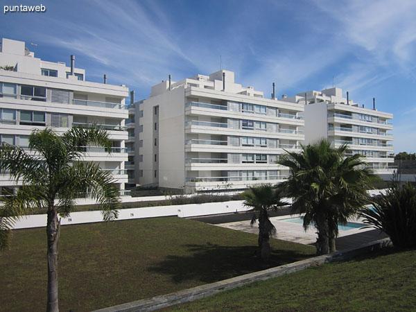 Gran espacio parquizado en el entorno del conjunto de edificios.