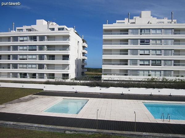 Vista general de la piscina climatizada al aire libre desde el parque.