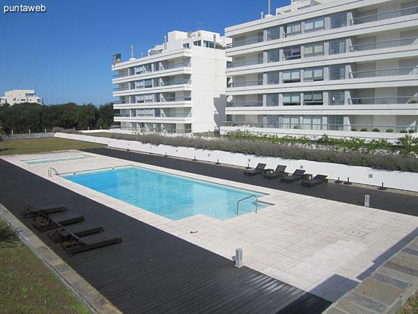 Vista general de las piscinas desde el parque.