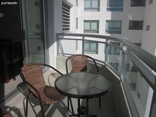 Vista hacia el oeste sobre espacio verde desde la ventana del living comedor.<br><br>Esta ventana brinda acceso al balc�n terraza.