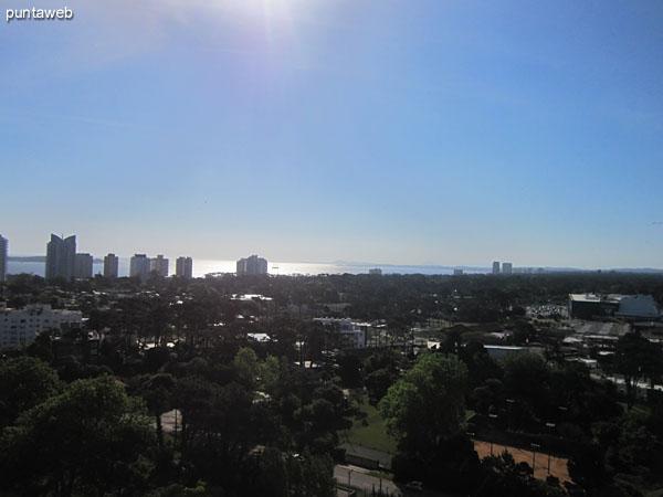 Vista hacia el oeste desde el balc�n terraza.<br><br>Al fondo de la imagen la playa Mansa a la altura de la parada 3.
