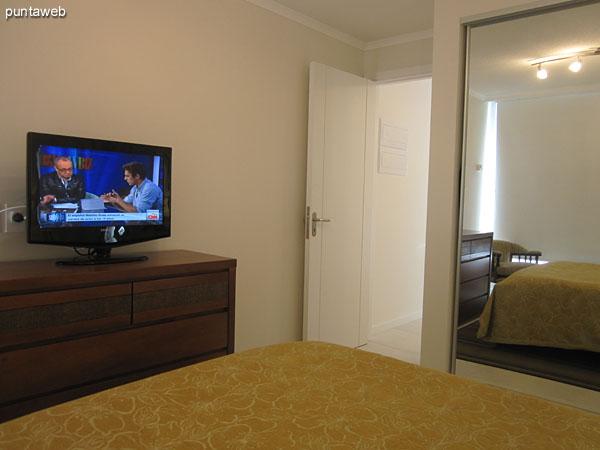 Dormitorio principal. Acondicionado con cama matrimonial y equipado con televisor de pantalla plana.<br><br>Amplios placares con puerta corrediza espejada.