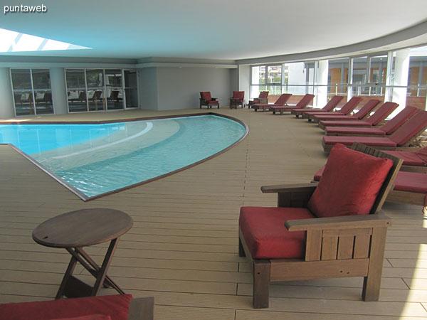 Piscina climatizada. Ubicada en planta baja detr�s del lobby del edificio.<br><br>Hermoso dise�o sobre deck de madera y toma de luz natural al centro.