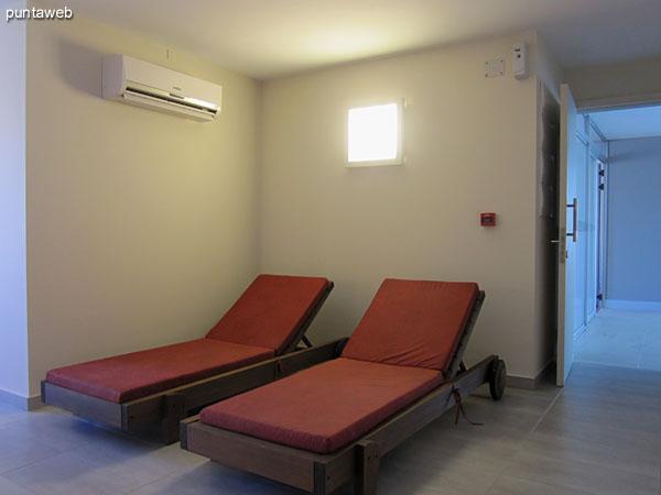 Cama para masajes en la sala de relax.