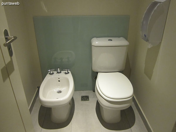 Servicios higi�nicos en la sala de relax. A la izquierda de la imagen los sauna h�medo y seco.