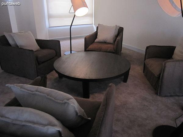 Sala de lectura. Ubicada en primer piso.<br><br>Acondicionada con mesa redonda baja en madera y cuatro confortables sillones con sendos almohadones.