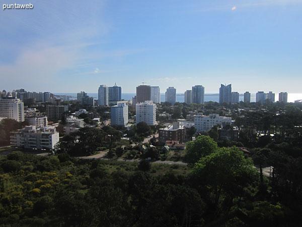 Vista de las dos torres Ocean Drive desde las canchas de tenis.
