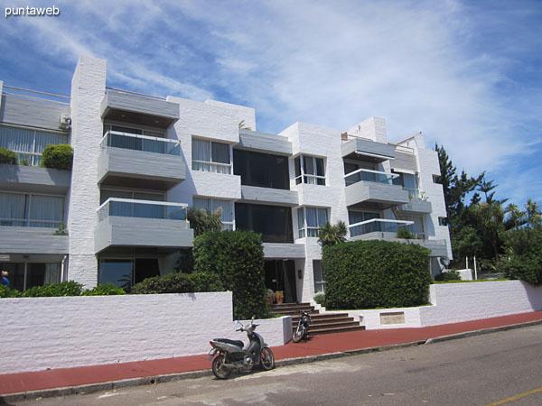 Fachada del edificio sobre la calle 6, El Pampero, orientada al suroeste con laterales al norte y al sur.<br><br>El apartamento está situado sobre la esquina del lateral norte.