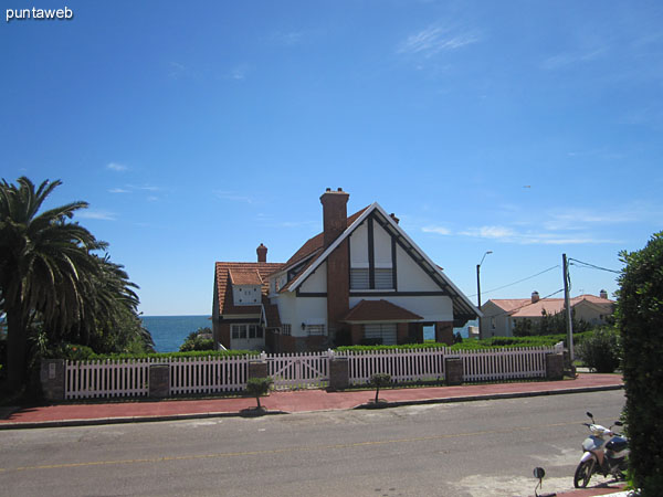 View to the east from the front of the building along 6th Street. <br><br>Environment in suburb area of Punta del Este Lighthouse.