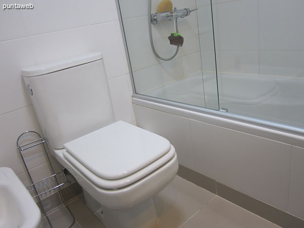 Ensuite to the main bedroom.<br><br>Conditioning with shower bath and bath screen.