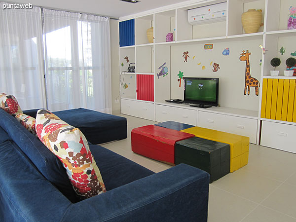 Overview of the playroom.<br><br>In orimer hosting a foosball and thoroughly entertaining space for young ones.