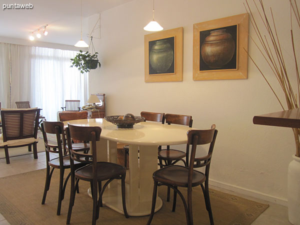 Dining space in the living room.<br><br>Conditioning with white lacquered oval table and six chairs in wood