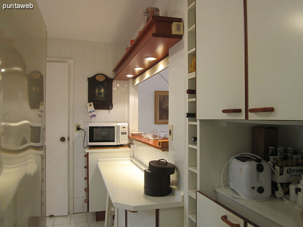Kitchen. Access from the shield of service.<br><br>Right, shelves and drawers. To the left of the refrigerator. At the back door access to the kitchen from inside the apartment.
