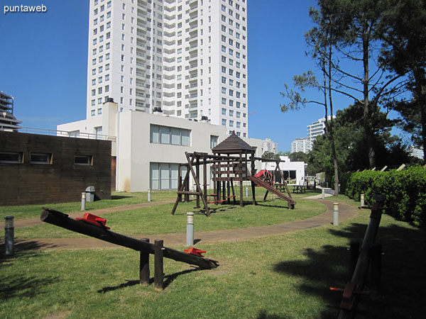 Sector garden on the property conditioning the building with games for children.
