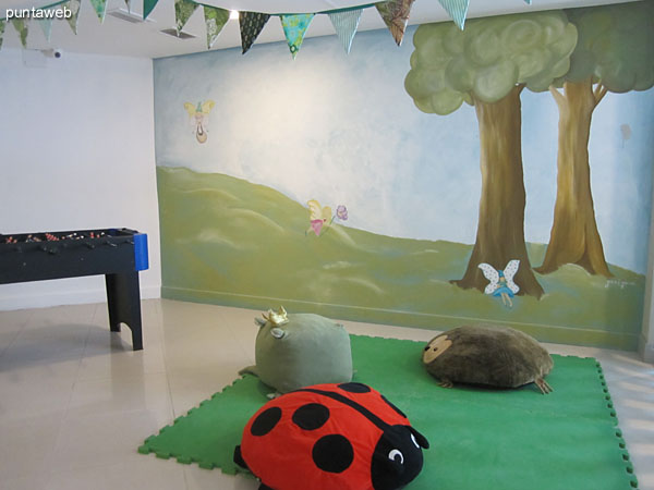 Detail of the sector for young children in the playroom for children and adolescents.<br><br>This environment is closed.