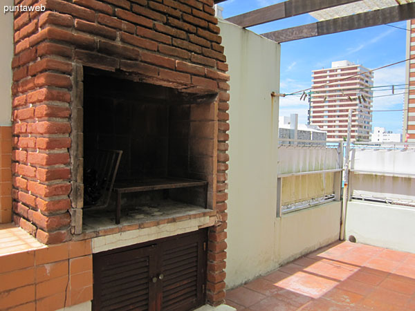 Outdoor Patio apartment. Occupies the entire length thereof on this side.<br><br>It has covered barbecue.