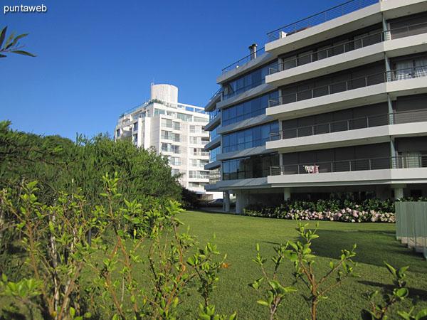 El espacio de jardín y el de la pileta al aire libre se encuentra delimitado por paneles en vidrio.
