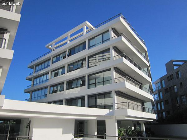 Vista general del contrafrente del bloque donde se encuentra el apartamento desde el jardín.