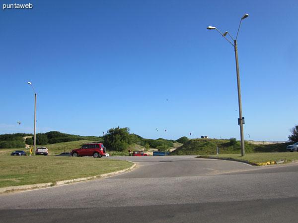 Vista de la rambla Lorenzo Battle frente al edificio hacia el este.