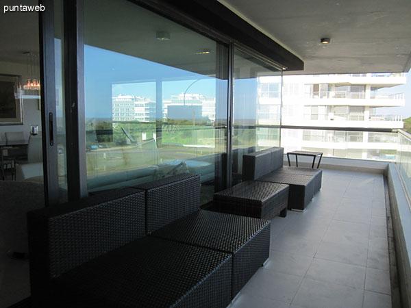 Vista general del balcón terraza en L en el tramo al frente dle apartamento.<br><br>Está acondicionado con reposeras y mesas en símil rattan.