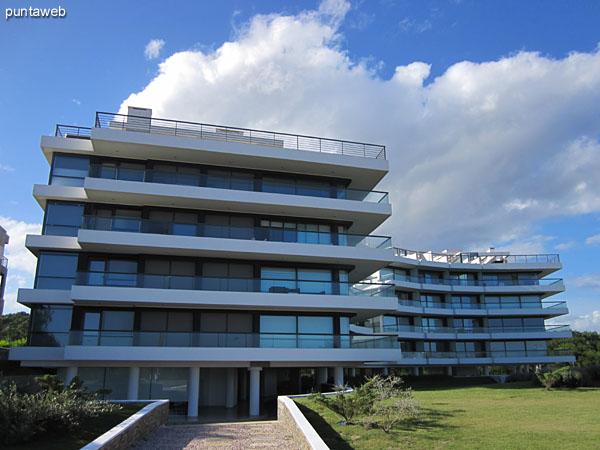 Fachada del edificio en dos bloques ubicado en la parada 31 de la playa Brava.<br><br>El apartamento es un tercer piso esquinero sobre el bloque de la derecha de la imagen con vista al mar.