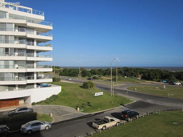 Vista desde la esquina del balcón terraza en L hacia el este sobre la playa Brava.