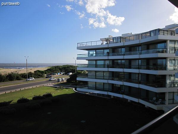 Vista desde lateral este del balcón terraza en L hacia el noreste sobre el entorno.<br><br>El balcón terraza se accede además desde los tres dormitorios.