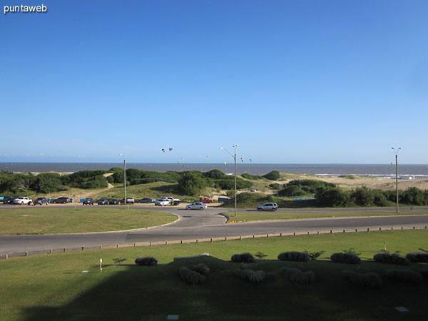 Vista desde el balcón terraza al frente del apartamento hacia el suroeste apreciándose el bloque uno y la playa Brava.