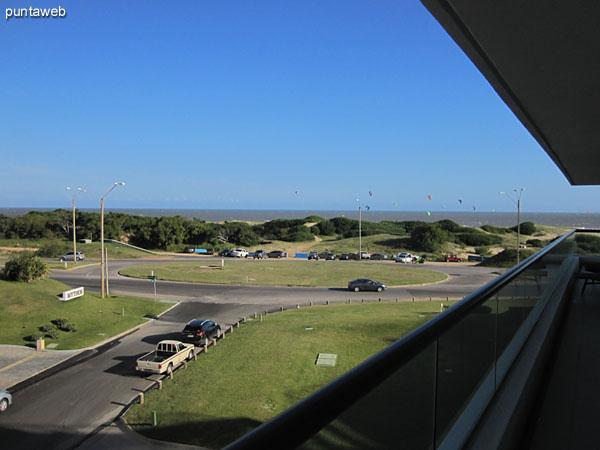 Vista frontal al mar desde el balcón terraza del apartamento.