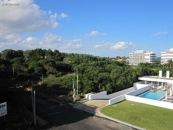 Vista hacia la playa Brava desde el extremo del balcón terraza junto al dormitorio principal.