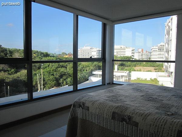 Detalle de la cama matrimonial de la suite principal.<br><br>Al igual que los otros dormitorios y el living comedor, ofrece acceso al balcón terraza en L del apartamento.