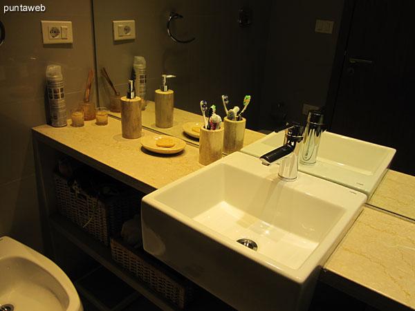 La suite principal ofrece vistas al este y norte sobre entorno de barrio residencial.