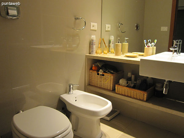 The bathroom of the master suite is equipped with shower and bath screen.